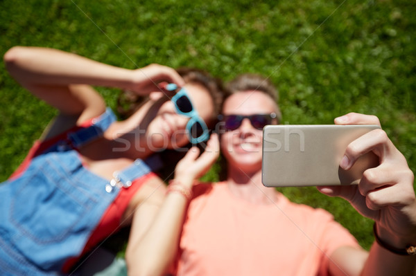 Boldog pár elvesz okostelefon nyár szeretet Stock fotó © dolgachov