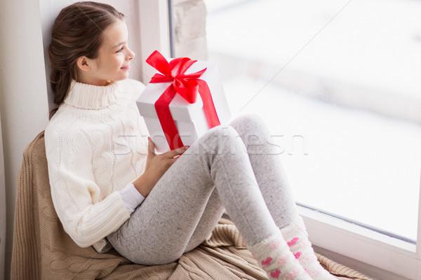 Stok fotoğraf: Kız · hediye · oturma · ev · pencere · çocukluk