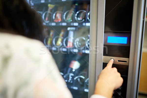 Mujer empujando botón máquina expendedora vender tecnología Foto stock © dolgachov