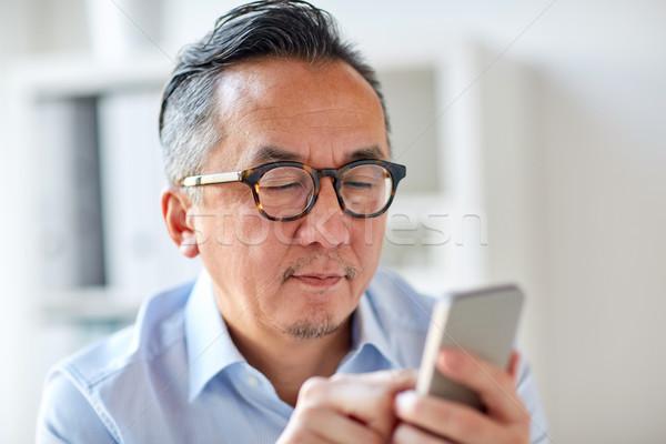 üzletember sms chat okostelefon iroda üzletemberek kommunikáció Stock fotó © dolgachov