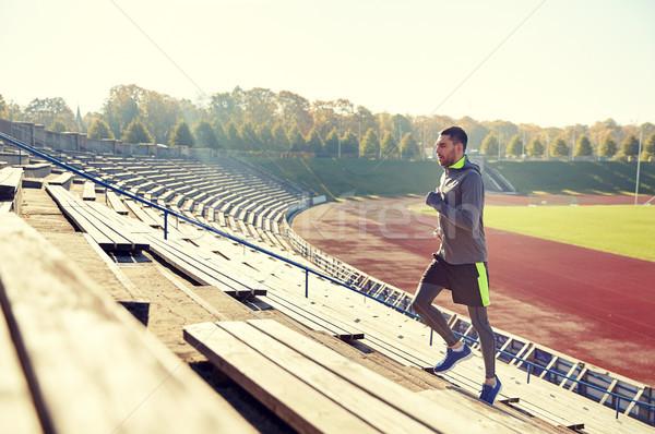 счастливым молодым человеком работает наверх стадион фитнес Сток-фото © dolgachov