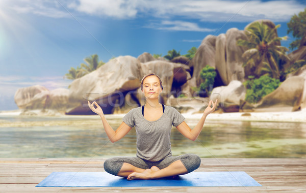 женщину йога медитации Lotus создают пляж Сток-фото © dolgachov