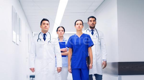 Groep artsen ziekenhuis gang kliniek beroep Stockfoto © dolgachov