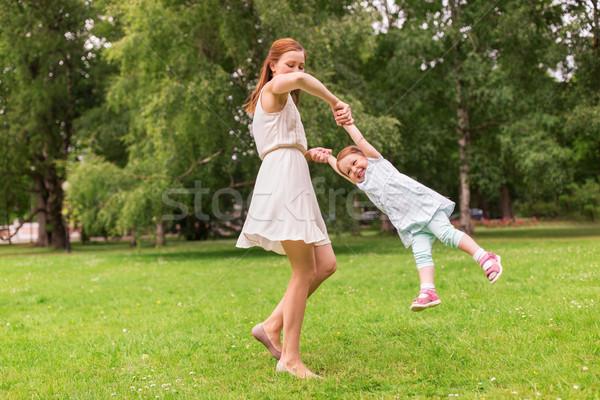 Szczęśliwy matka gry lata parku Zdjęcia stock © dolgachov