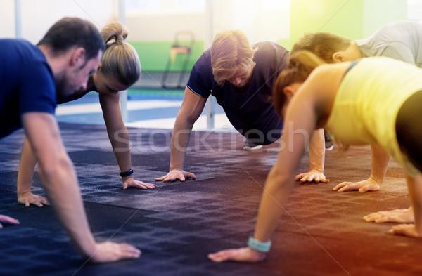 Grupy ludzi siłowni fitness sportu szkolenia Zdjęcia stock © dolgachov
