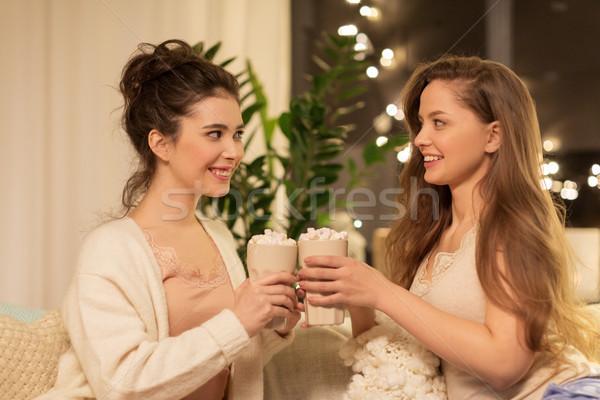 Mutlu kadın arkadaşlar içme kakao ev Stok fotoğraf © dolgachov