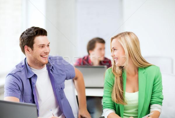 Gülen Öğrenciler bakıyor diğer okul resim Stok fotoğraf © dolgachov