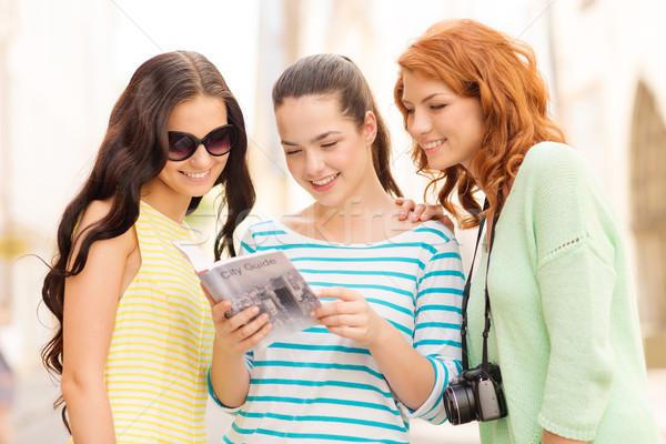 Uśmiechnięty nastolatki miasta przewodnik kamery turystyki Zdjęcia stock © dolgachov