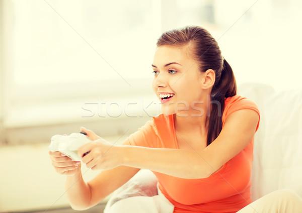 Mujer palanca de mando jugando videojuegos Foto feliz Foto stock © dolgachov
