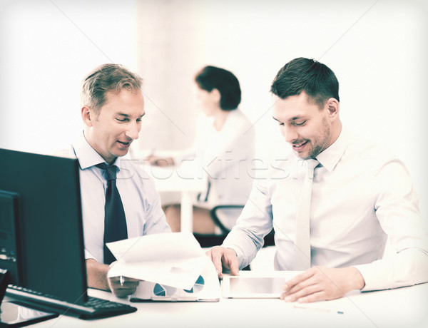 üzletemberek notebook táblagép megbeszél grafikonok megbeszélés Stock fotó © dolgachov