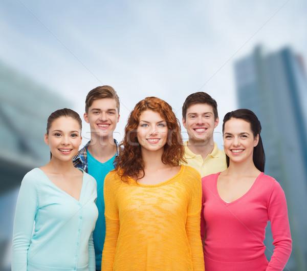 Grupo sonriendo adolescentes ciudad amistad vida Foto stock © dolgachov