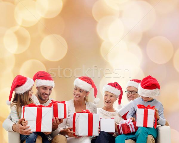 Boldog család mikulás segítő sapkák ajándékdobozok család Stock fotó © dolgachov