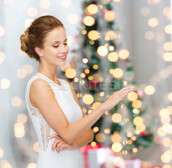 Uśmiechnięta kobieta biała sukienka pierścionek z brylantem zimą wakacje przedstawia Zdjęcia stock © dolgachov