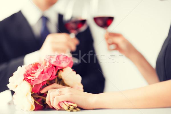 Engagé couple verres à vin photos restaurant fleurs Photo stock © dolgachov