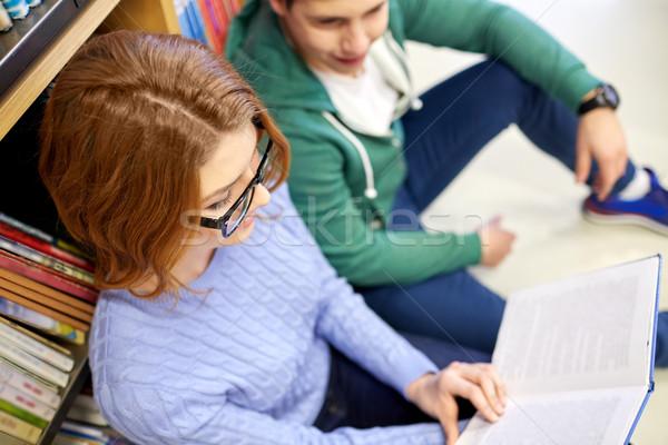 Szczęśliwy studentów czytania książki biblioteki Zdjęcia stock © dolgachov
