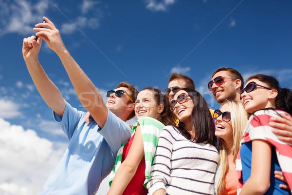 Csoport barátok elvesz mobiltelefon nyár ünnepek Stock fotó © dolgachov