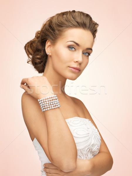 Mulher pérola brincos pulseira belo noiva Foto stock © dolgachov