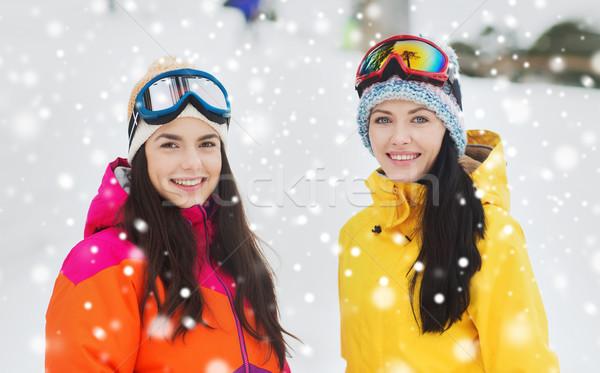 Gelukkig meisje vrienden buitenshuis winter recreatie Stockfoto © dolgachov