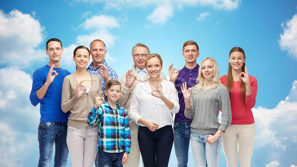 Groep glimlachend mensen tonen handteken Stockfoto © dolgachov