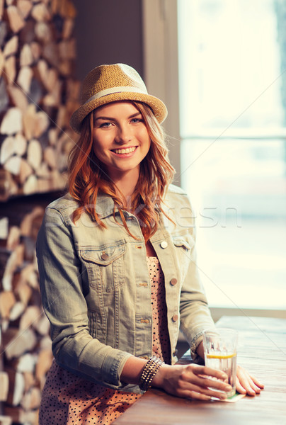 Gelukkig jonge vrouw drinkwater bar pub mensen Stockfoto © dolgachov