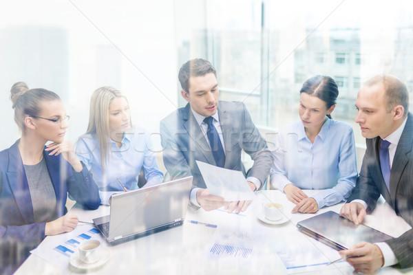 Equipo de negocios portátil debate negocios tecnología oficina Foto stock © dolgachov