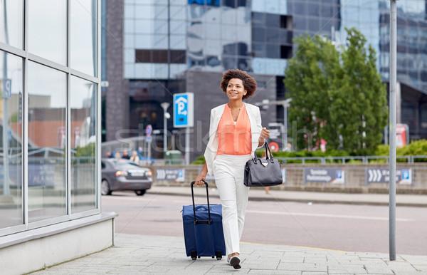 Boldog fiatal afrikai nő utazás táska Stock fotó © dolgachov