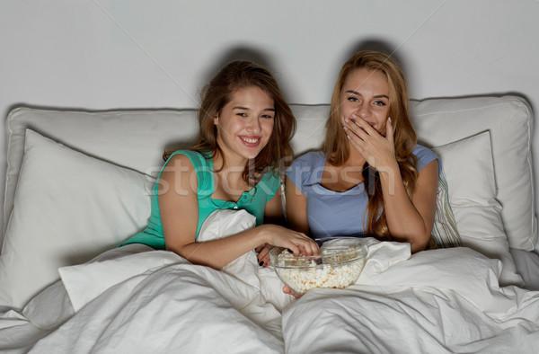 幸せ 友達 ポップコーン を見て テレビ ホーム ストックフォト © dolgachov
