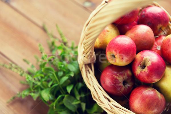 Stok fotoğraf: Sepet · elma · otlar · tablo · bahçıvanlık