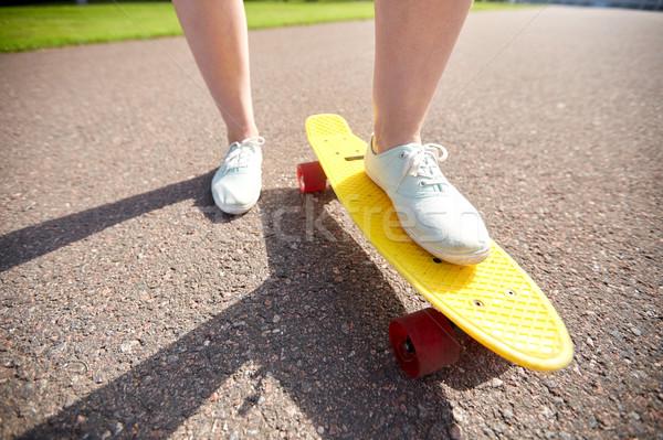 Kadın ayaklar binicilik kısa kaykay Stok fotoğraf © dolgachov