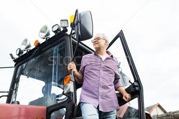 Idős férfi gazda ki traktor farm gazdálkodás Stock fotó © dolgachov