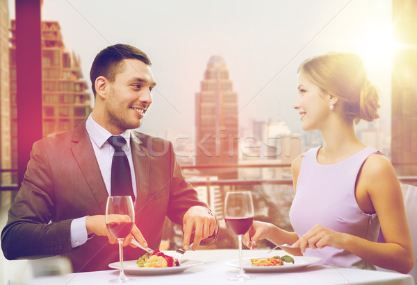 Glimlachend paar eten hoofdgerecht restaurant vakantie Stockfoto © dolgachov