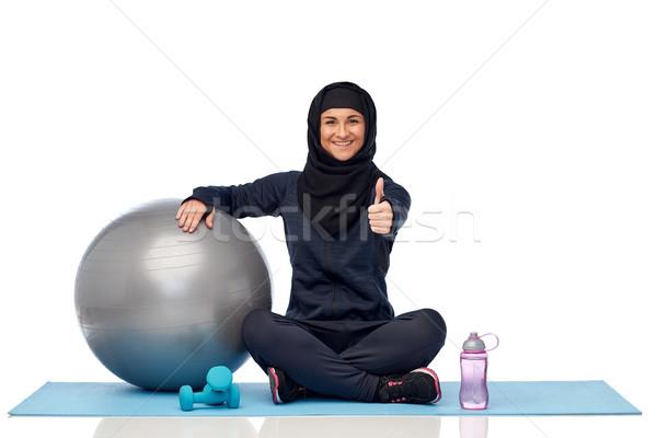 Muslim donna hijab fitness palla bottiglia Foto d'archivio © dolgachov