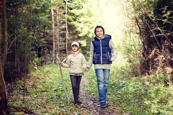 Twee gelukkig kinderen lopen bos pad Stockfoto © dolgachov