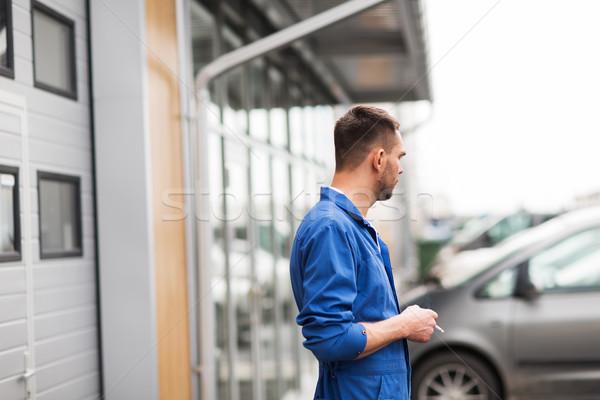 Automechaniker Rauchen Zigarette Auto Workshop Service Stock foto © dolgachov