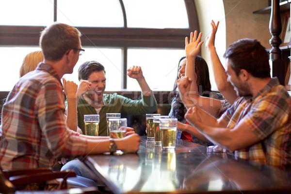 Fútbol aficionados amigos cerveza deporte bar Foto stock © dolgachov