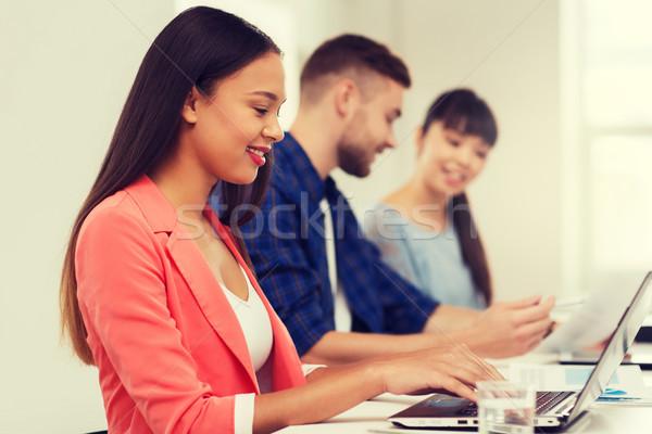 Stock fotó: Boldog · afrikai · nő · kreatív · csapat · iroda