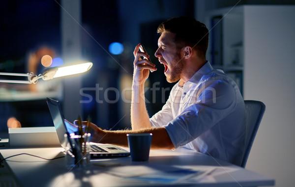 Stockfoto: Boos · zakenman · smartphone · nacht · kantoor · business