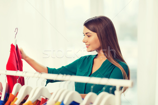 Gelukkig vrouw kiezen kleding home garderobe Stockfoto © dolgachov