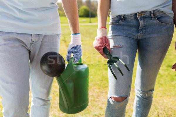 önkéntesek locsolókanna gyomlálás gereblye önkéntesség emberek Stock fotó © dolgachov
