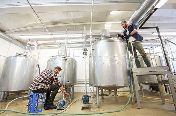 Homens trabalhando cerveja cervejaria produção pessoas de negócios Foto stock © dolgachov