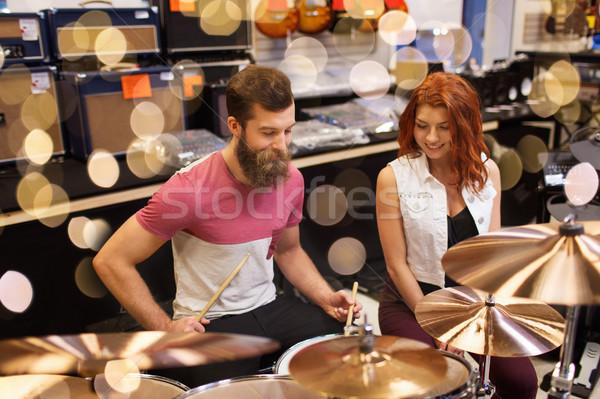 Gelukkig man vrouw spelen muziek store Stockfoto © dolgachov