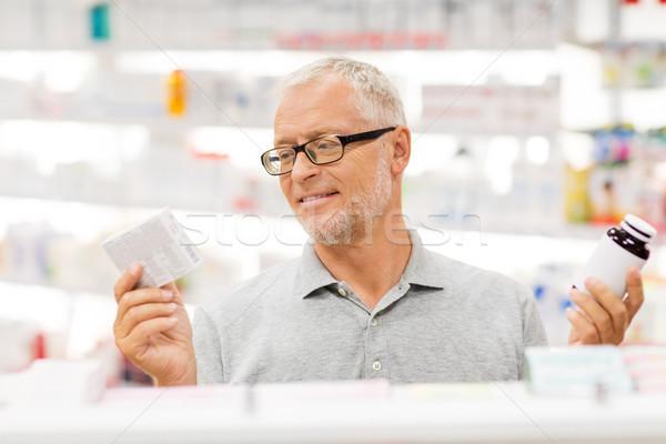 Senior masculino cliente escolher drogas farmácia Foto stock © dolgachov
