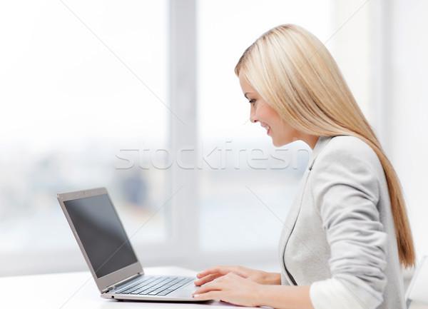 Сток-фото: деловая · женщина · ноутбука · фотография · улыбаясь · используя · ноутбук · компьютер