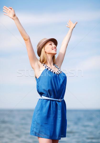 Meisje handen omhoog strand zomer vakantie vakantie Stockfoto © dolgachov