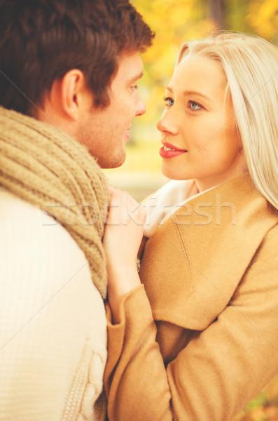 Romantische paar zoenen najaar park vakantie Stockfoto © dolgachov