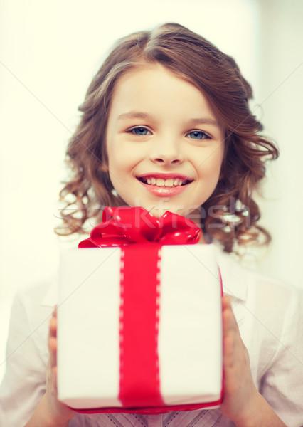 Девочка получила подарок 95
