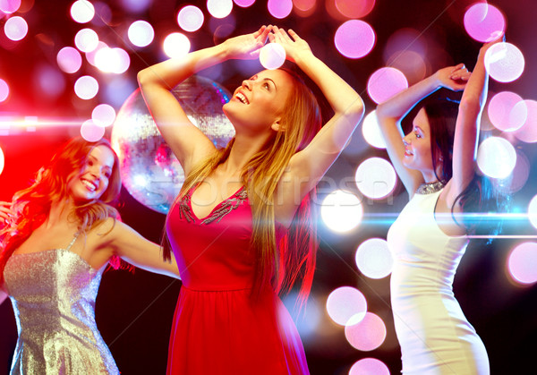 Drie glimlachend vrouwen dansen club nieuwjaar Stockfoto © dolgachov