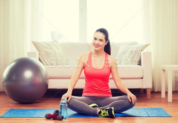 Glimlachend meisje vergadering sportartikelen fitness home Stockfoto © dolgachov
