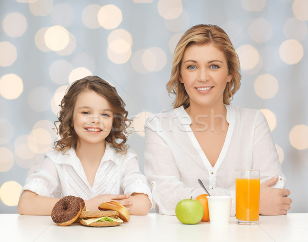 Foto stock: Madre · hija · personas · familia · alimentos · poco · saludables