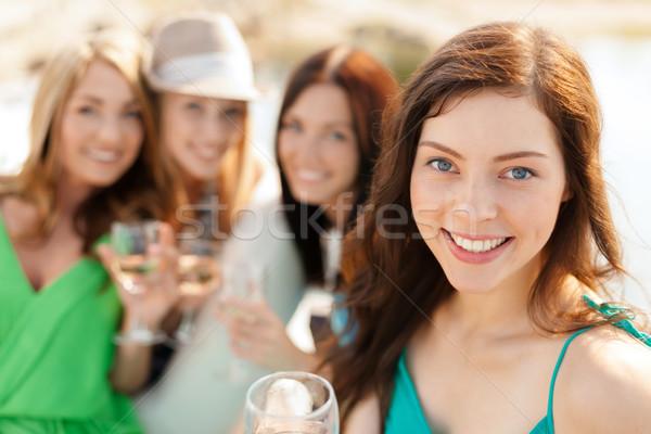 Mosolyog lányok pezsgő szemüveg nyár ünnepek Stock fotó © dolgachov